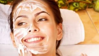 женщина и крем на лице