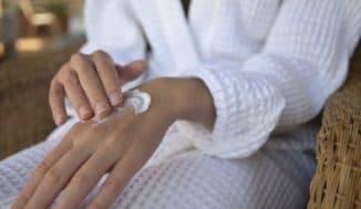 нанесение крема для рук женщин