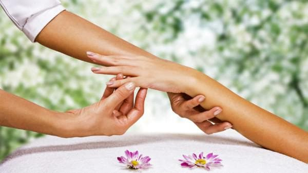 массаж рук у женщины