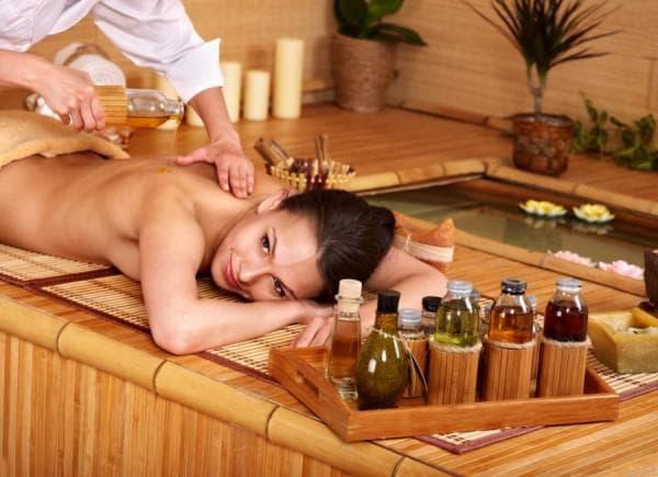 массаж рук у женщины с маслом