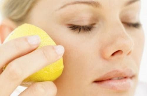 Использовать лимонный сок для протирания воспаленной кожи