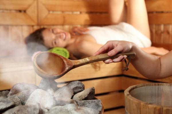 Распаривание кожи при помощи горячих компрессов и посещения бани.