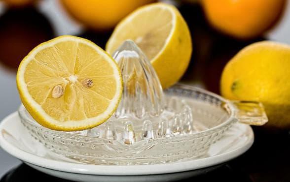 Сок лимона соединить с водой в пропорции 1:10