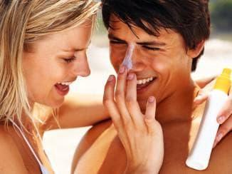 намазывание лица кремов от солнца