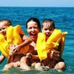 Какой солнцезащитный крем для детей лучше: обзор производителей