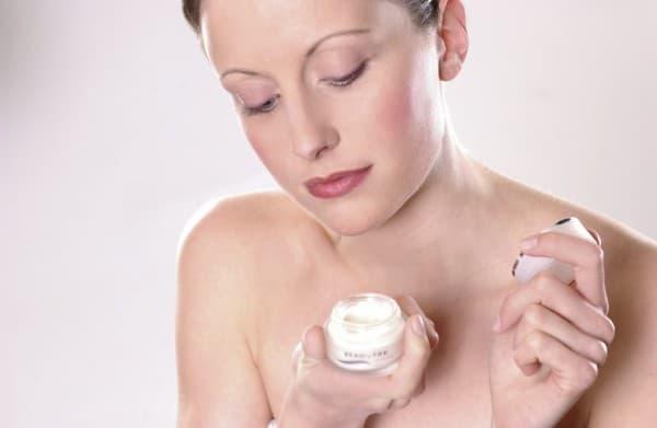 молодая мама намазывается кремом