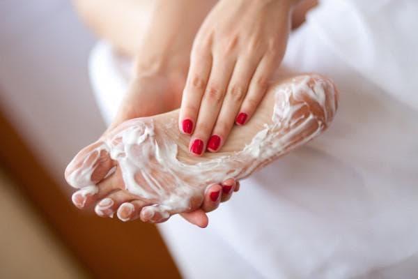 сливочное масло на пальцах ног