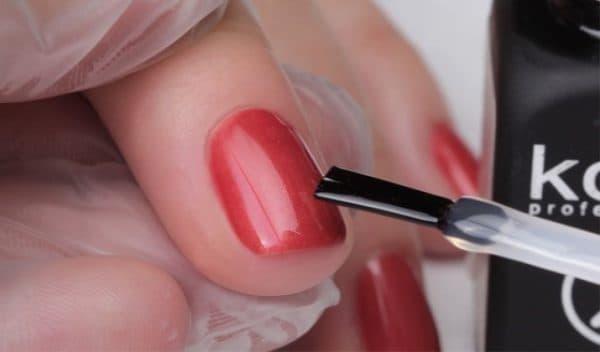 нанесение финишный лак для ногтей