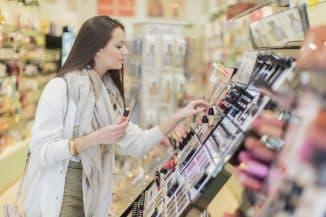 покупка косметики в магазине